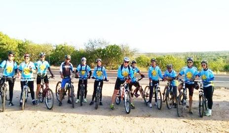Grupo de ciclistas realiza trilha no Mirante do Talhado
