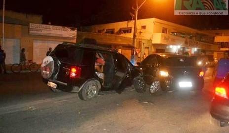Motorista embriagado ultrapassa sinal vermelho e provoca acidente em Delmiro Gouveia