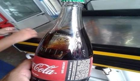 Comerciante encontra 'camisinha' dentro de garrafa da coca-cola em Delmiro Gouveia