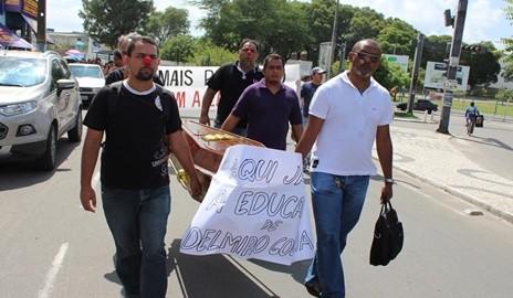 """Greve: Professores utilizam """"caixão"""" para simbolizar a morte da Educação em Delmiro Gouveia"""