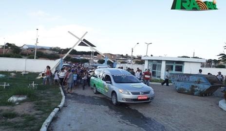 """Centenas de pessoas participam do sepultamento do empresário """"Galego da Cebola"""""""