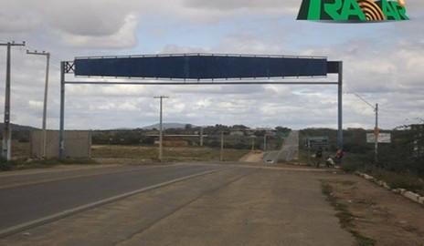 Placa que informaria o nome da cidade de Delmiro Gouveia está apagada há mais de meses