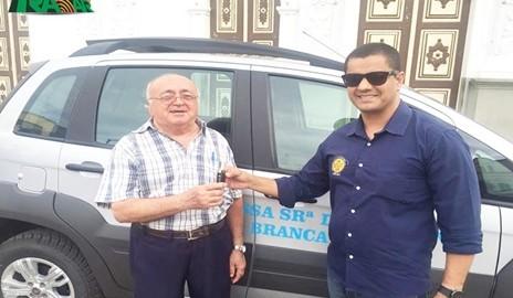 Ganhadores da Mega Sena doam veículo 0km a Paróquia de Água Branca