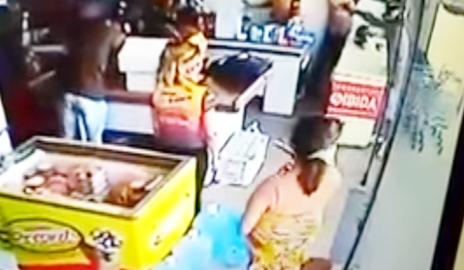 4b4e08bf65dce Vídeo mostra momento exato em que bandidos assaltam mercadinho em Delmiro  Gouveia