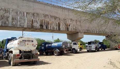 Pipeiros paralisam abastecimento de água em cidades do Sertão