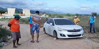 efe4eeeacb81b Carro com registro de roubo é encontrado abandonado e sem as rodas no  município de Canapi