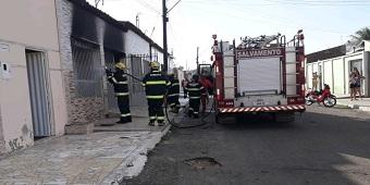 Corpo de Bombeiros é acionado para controlar incêndio em residência em Delmiro Gouveia, no Sertão de Alagoas