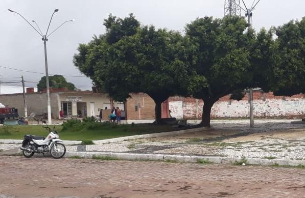 Moradores da Barragem Leste reclamam da situação de praça e secretário de Infraestrutura responde