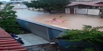 Após forte chuva em Paulo Afonso, morador usa caiaque para protestar em rua alagada