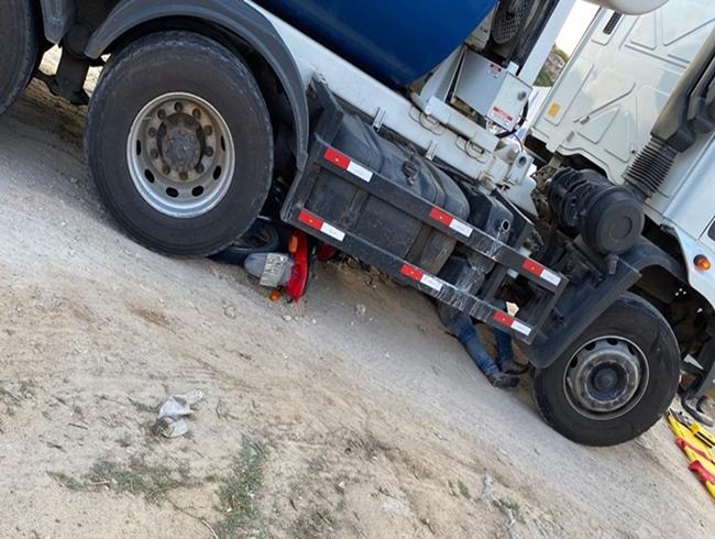 Santana: motociclista vai parar embaixo de caminhão após acidente